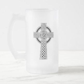 Caneca do vidro de fosco da cruz celta