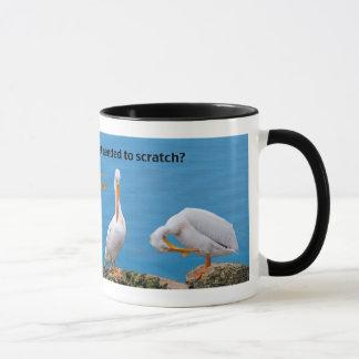 Caneca Dois pelicanos com um comichão