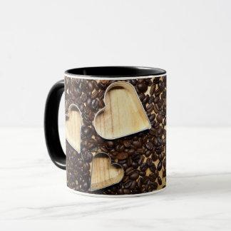 Caneca dos corações do feijão de café