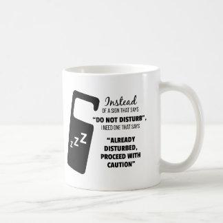 Caneca engraçada do café: Em vez de um sinal que