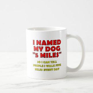 Caneca engraçada do cão de cinco milhas