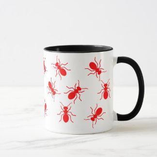 Caneca Enxame grande das formigas de fogo vermelho por