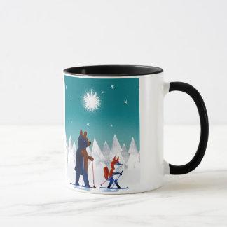 Caneca Esqui bonito do urso e do Fox sob estrelas em uma