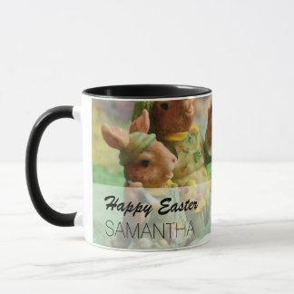 Caneca Família e ovos do coelho de coelhinho da Páscoa