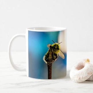 Caneca feliz do zangão da abelha