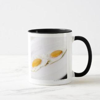 Caneca Fim-acima de dois ovos fritos