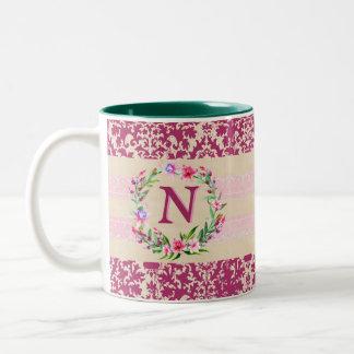 Caneca floral corajosamente romântica do monograma