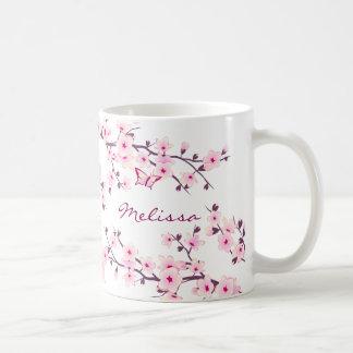Caneca floral do monograma das flores de cerejeira