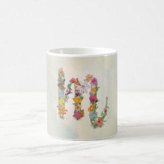Caneca floral do monograma M, flores, letra M