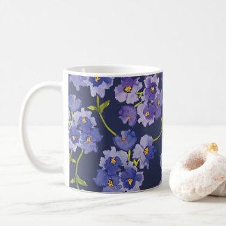 Caneca floral do Watercolour roxo e azul da flor