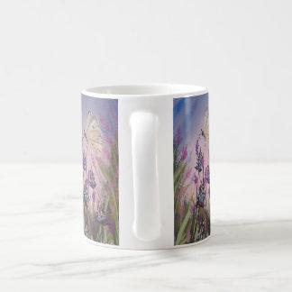 Caneca floral, lavanda e pintura branca da
