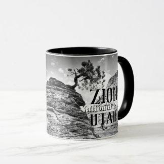 Caneca Foto preto e branco da árvore dos bonsais de Zion