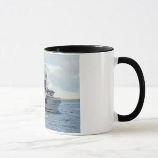 Caneca Fox ártico, barco do caranguejo no porto holandês,