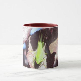 Caneca - gafanhoto verde nas folhas