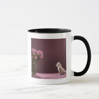 Caneca Gatinho que olha o vaso dos rosas
