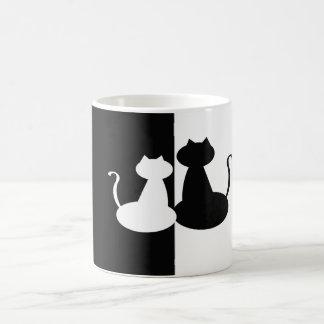 Caneca graciosa preto e branco dos gatos