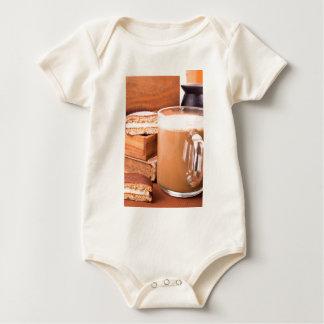 Caneca grande de cacau quente com espuma body para bebê
