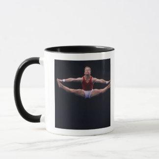 Caneca Gymnast masculino que executa no exercício de