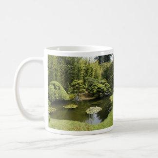 Caneca japonesa da lagoa do jardim de chá de San