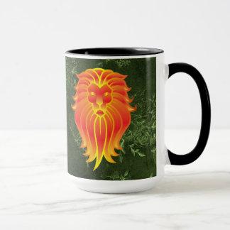 Caneca Leão alaranjado brilhante no fundo verde da selva