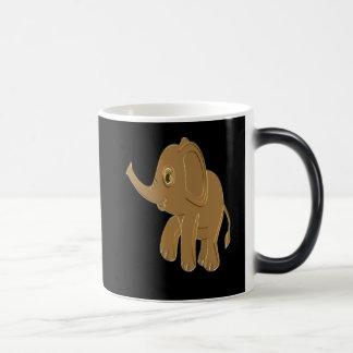 Caneca Mágica Elefante do bebê do ouro que olha no céu