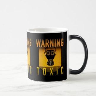 Caneca Mágica Grunge retro de advertência tóxico da idade