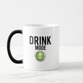 Caneca Mágica Trevos do dia de St Patrick do modo da bebida