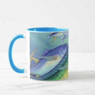 Caneca Mahi Mahi (peixe do golfinho) que persegue peixes