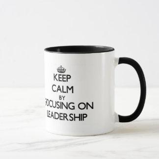 Caneca Mantenha a calma centrando-se sobre a liderança