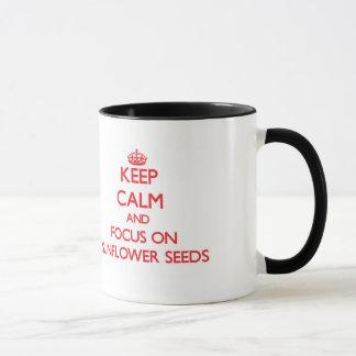 Caneca Mantenha a calma e o foco em sementes de girassol