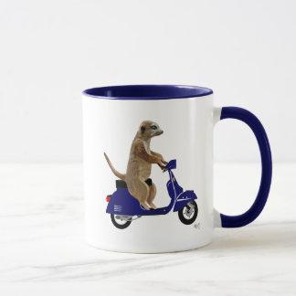 Caneca Meerkat no Moped azul escuro