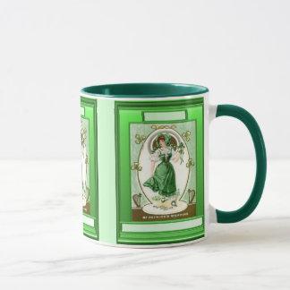 Caneca Menina irlandesa que veste o verde