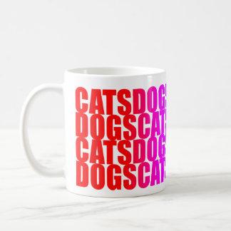 Caneca multicolorido dos cães dos gatos