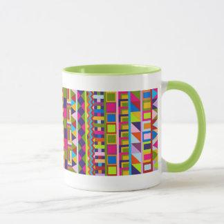 Caneca na moda colorida dos padrões