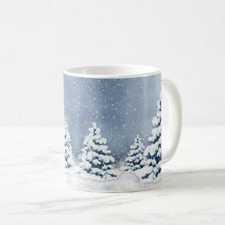 Caneca nevado bonito dos pinheiros