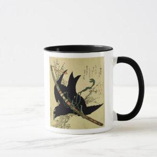 Caneca O corvo pequeno com a espada do clã de Minamoto