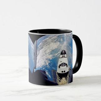 Caneca Órbita de terra de Atlantis do vaivém espacial da
