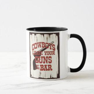 Caneca Os vaqueiros verificam suas armas