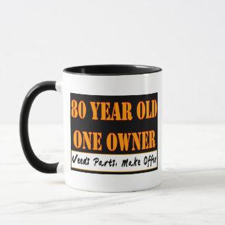 Caneca Pessoas de 80 anos, um proprietário - as peças das
