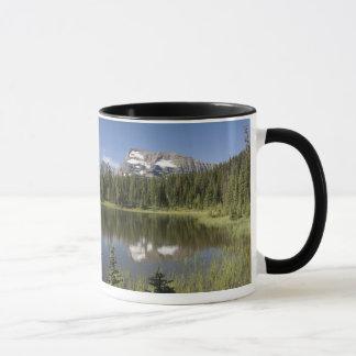 Caneca Pico de montanha refletido em um lago