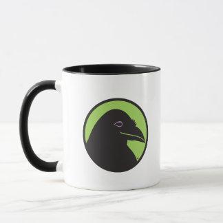 Caneca preta do logotipo dos fundamentos do corvo
