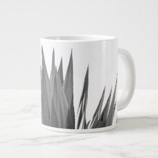 Caneca preto e branco da fotografia da planta