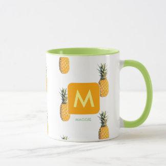 Caneca projete sua própria inicial com abacaxis