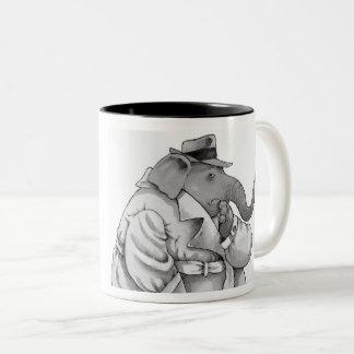 caneca quente da bebida do elefante engraçado do