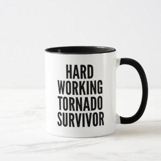 Caneca Sobrevivente de trabalho duro do furacão