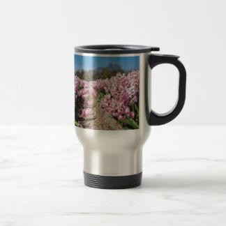 Caneca Térmica Campo de flores com os jacintos cor-de-rosa em
