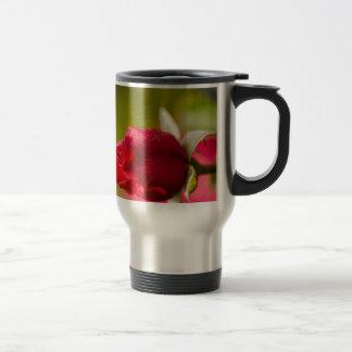 Caneca Térmica Design ascendente próximo da rosa vermelha