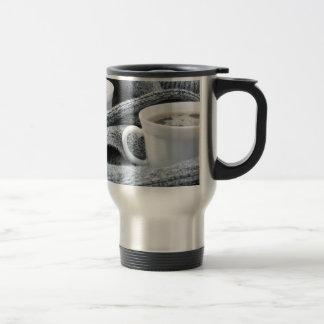 Caneca Térmica Duas chávenas de café brancas envolvidas no lenço