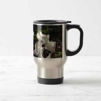 Caneca Térmica Flores brancas do cyclamen de Backlits no fundo