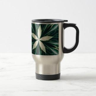 Caneca Térmica Folhas do branco em um caleidoscópio verde da